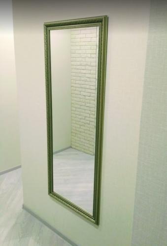 Навеска зеркала в прихожей