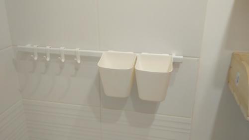 Навеска крючков в ванной
