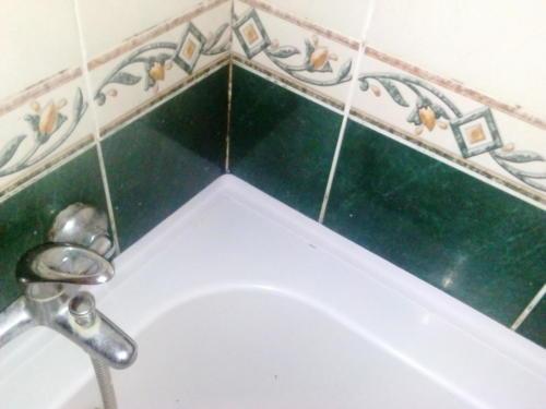 Герметизация стыка ванной.