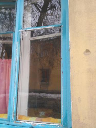 Вставить стекло в деревянную раму.