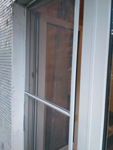 Установка двери с противомоскитной сеткой