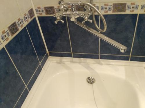 Укладка керамического бордюра вдоль ванной
