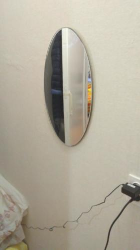 Повесить зеркало
