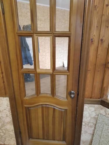Вставка стекол в деревянную дверь