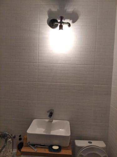 Навеска зеркала в ванной