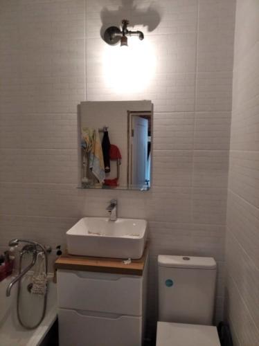 Повесить зеркало ИКЕА в ванной